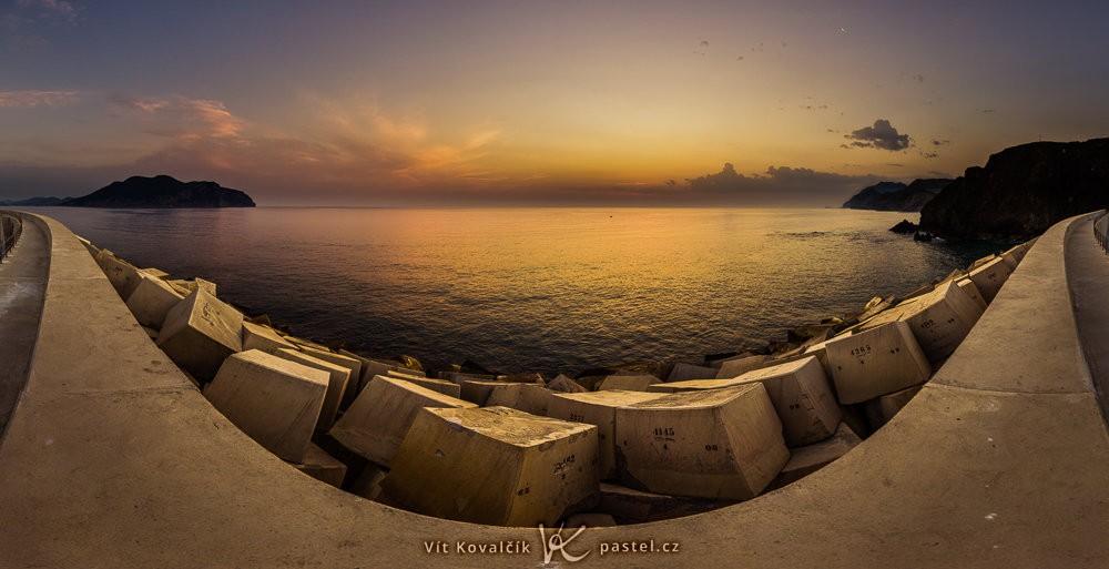 Moře před východem slunce.