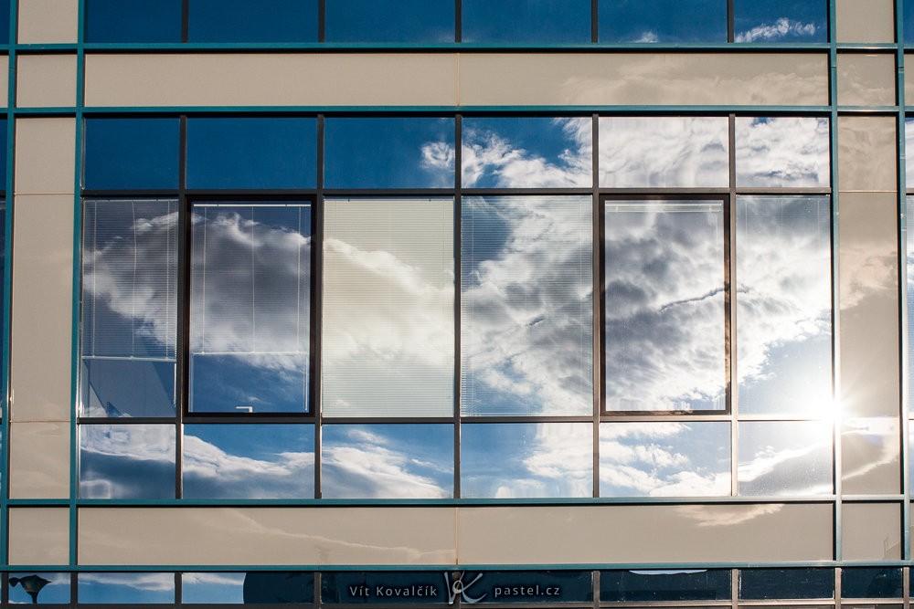 Oraz oblak v oknech. Canon 350D, Macro-Revuenon 24/4, 1/500 s, clona neznámá, ISO 100, ohnisko 24 mm