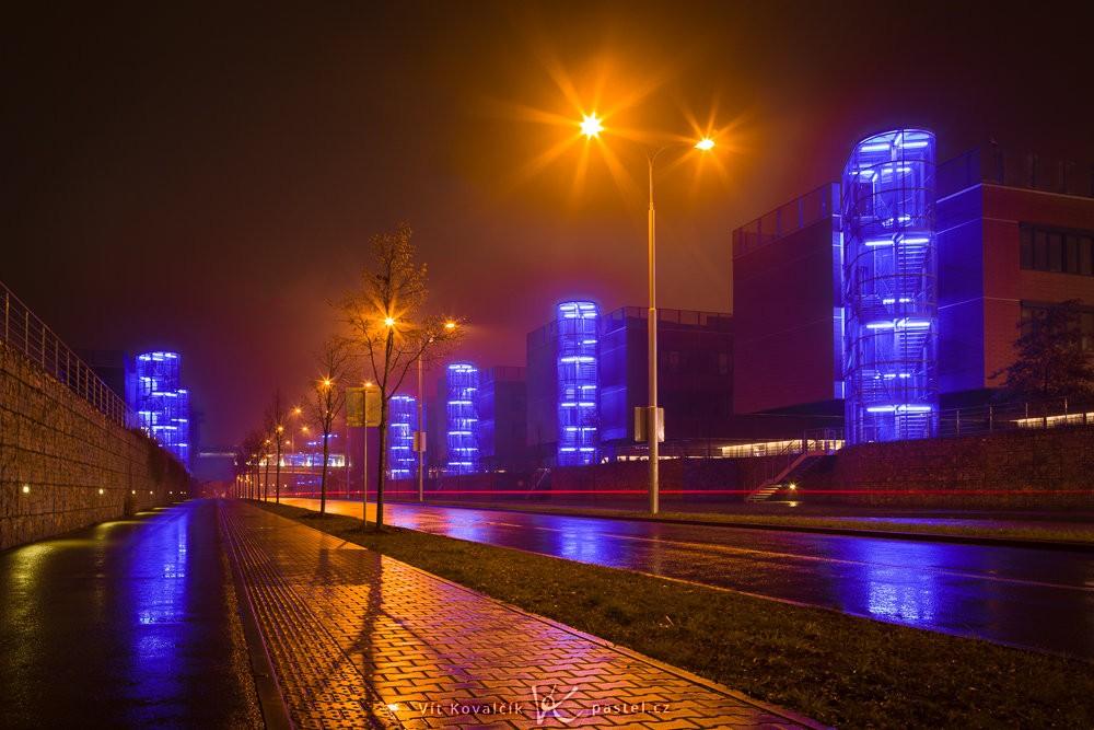 Noční město z nízkého úhlu pohledu. Canon 5D Mark III, Canon EF 24-70/2,8, 30 s, f/13, ISO 100, ohnisko 28 mm