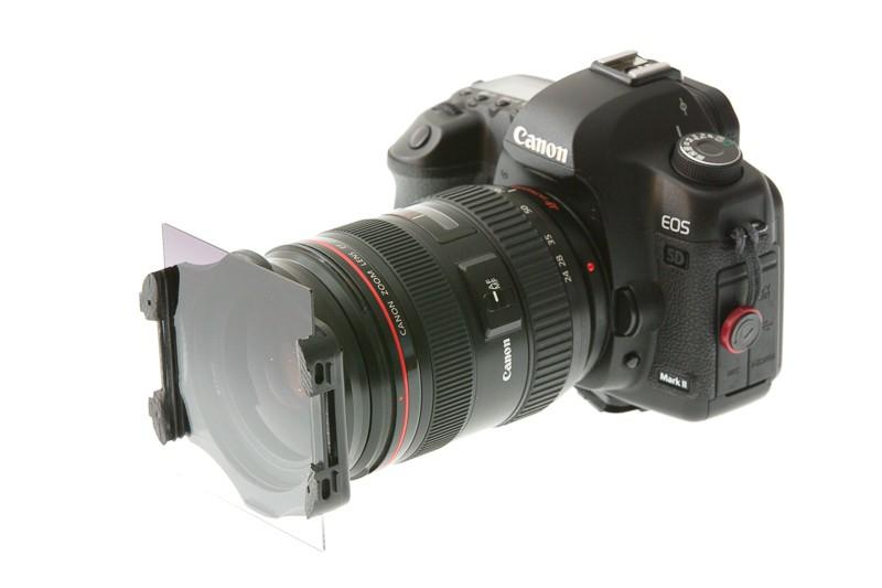Předek objektivu je ostrý, ale spoušť už rozmazaná. Obrázek je ale míněn jako ilustrace držáku na filtry, takže to zde vůbec nevadí. Canon 5D Mark III, Canon EF 70-200/2,8 IS II, 1/200 s, F14, ISO 400, ohnisko 130 mm