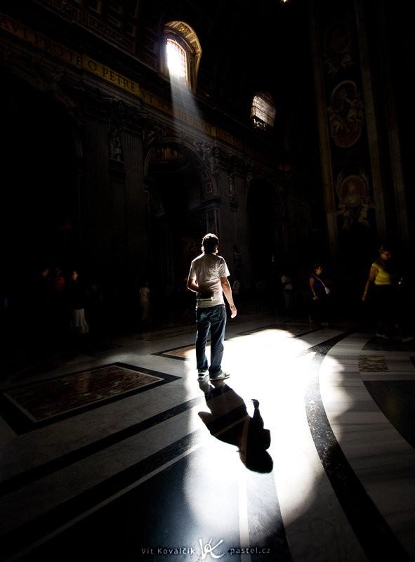 S trochou trpělivosti si lze předem připravit scénu a pak ji vyfotit například s náhodným turistou. Bazilika svatého Petra ve Vatikánu. Canon EOS 40D, Canon EF-S 10–22 mm F3,5–4,5 USM, 1/100 s, F8,0, ISO 100, ohnisko 10 mm (= 16 mm v přepočtu na full frame).