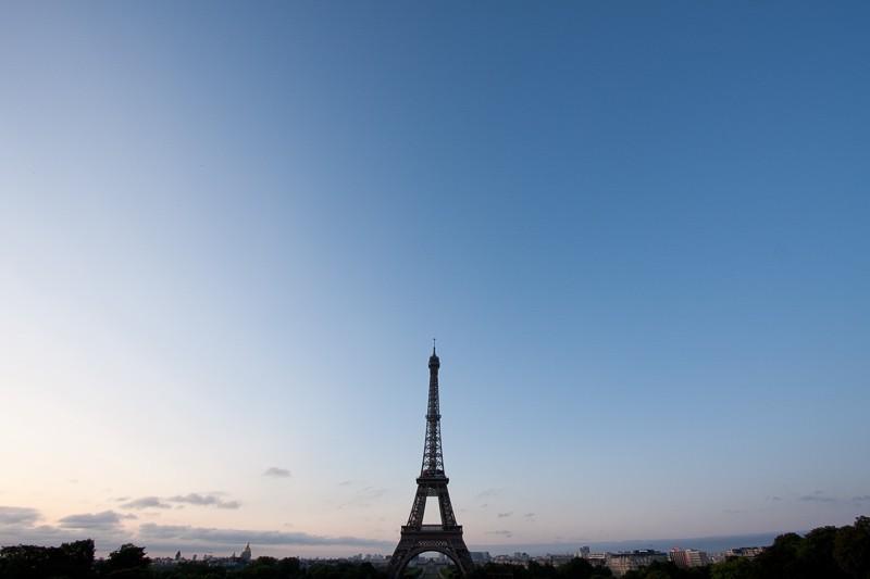 Čistá obloha nad Paříží. Canon 40D, Canon EF-S 10-22/3,5-4,5, 1/20 s, f/8, ISO 100, ohnisko 10 mm