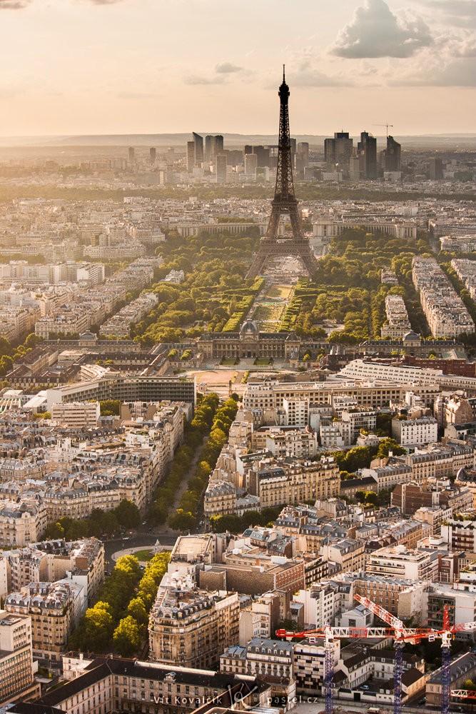Výhled na Paříž z věže Montparnasse. Canon 40D, Canon EF-S 55-250/4-5,6 IS, 1/100 s, f/8, ISO 100, ohnisko 55 mm
