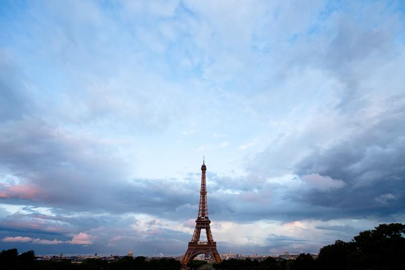 Lehké mraky nad Paříží. Canon 40D, Canon EF-S 10-22/3,5-4,5, 1/25 s, f/4.5, ISO 100, ohnisko 10 mm