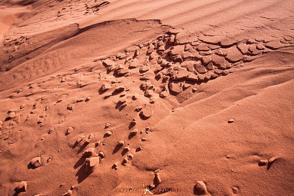 Odlamující se červený písek z duny v Jordánsku. Canon 40D, Canon EF-S 10–22/3,5–4,5, 1/800 s, f/4.5, ISO 100, ohnisko 16 mm