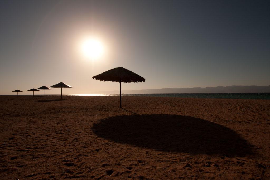 Snímek pláže s vyvážením bílé posunutým na 8 000 K. Možná i mírně za realistickou hranici, ale obrázku to neuškodilo.