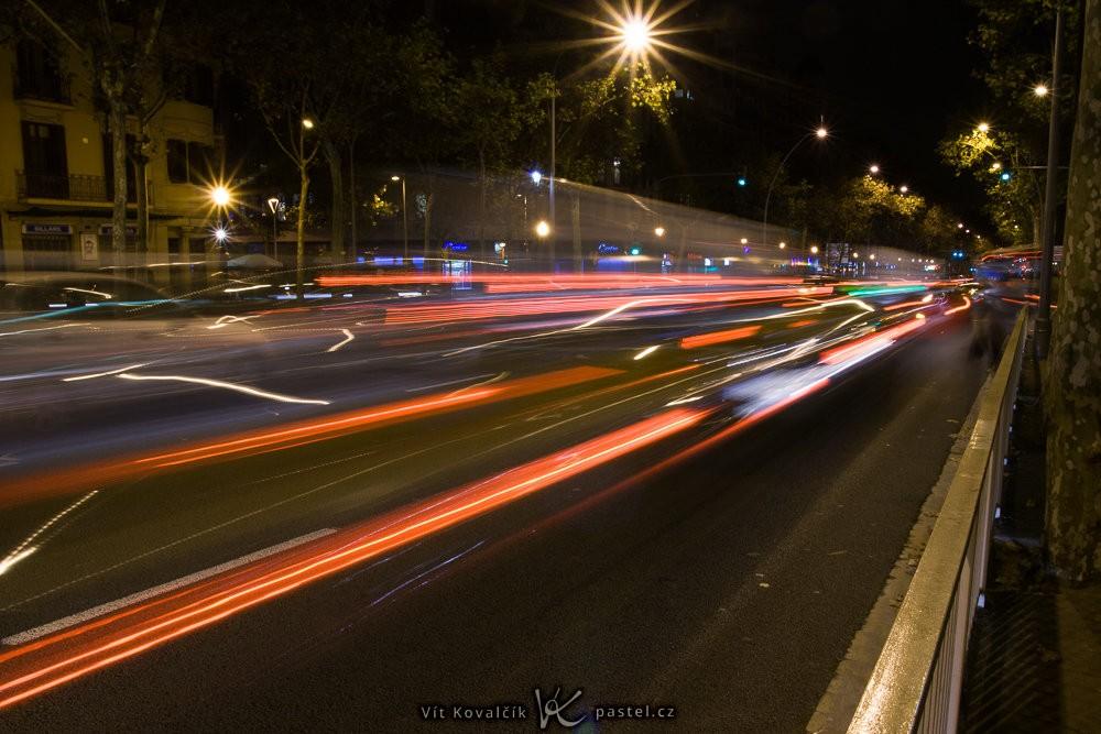 Koncová světla aut v pohybu. Canon 350D, Sigma 18-50/2.8 EX DC, 4,0 s, F16, ISO 100, ohnisko 18 mm