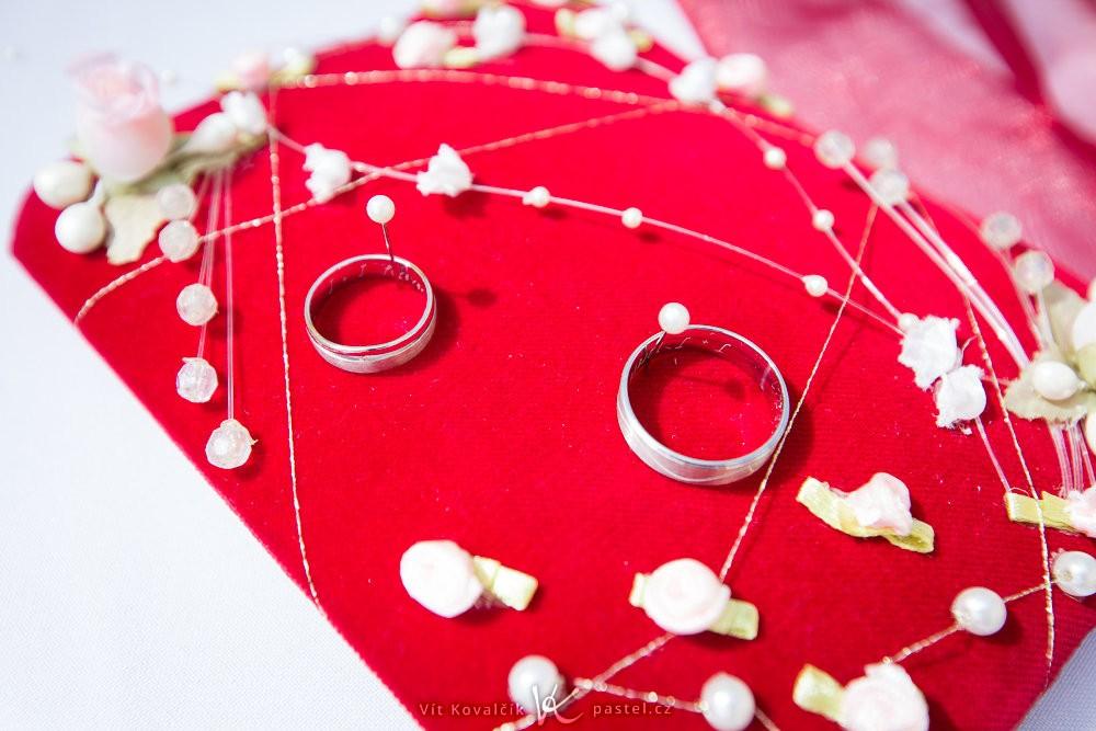 Připravené svatební prstýnky. Canon EOS 5D Mark II, Canon EF 16–35 mm F2,8 II USM, 1/200 s, F5,6, ISO 100, ohnisko 35 mm.
