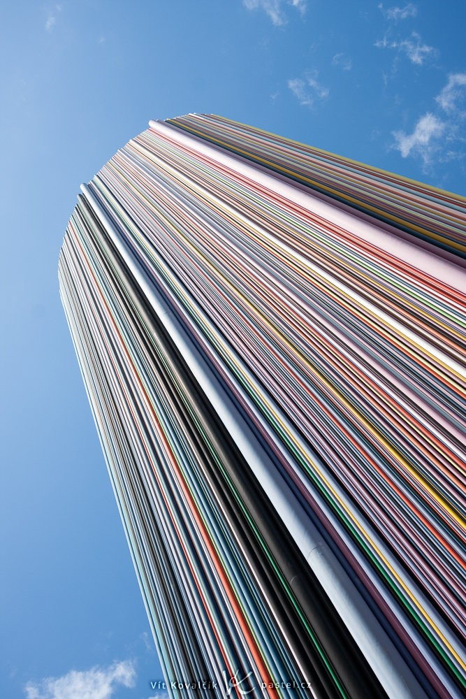 Detail věže, která se vypíná k nebi. Canon 40D, Canon EF-S 10-22/3.5-4,5, 1/60 s, f/8, ISO 100, ohnisko 22 mm