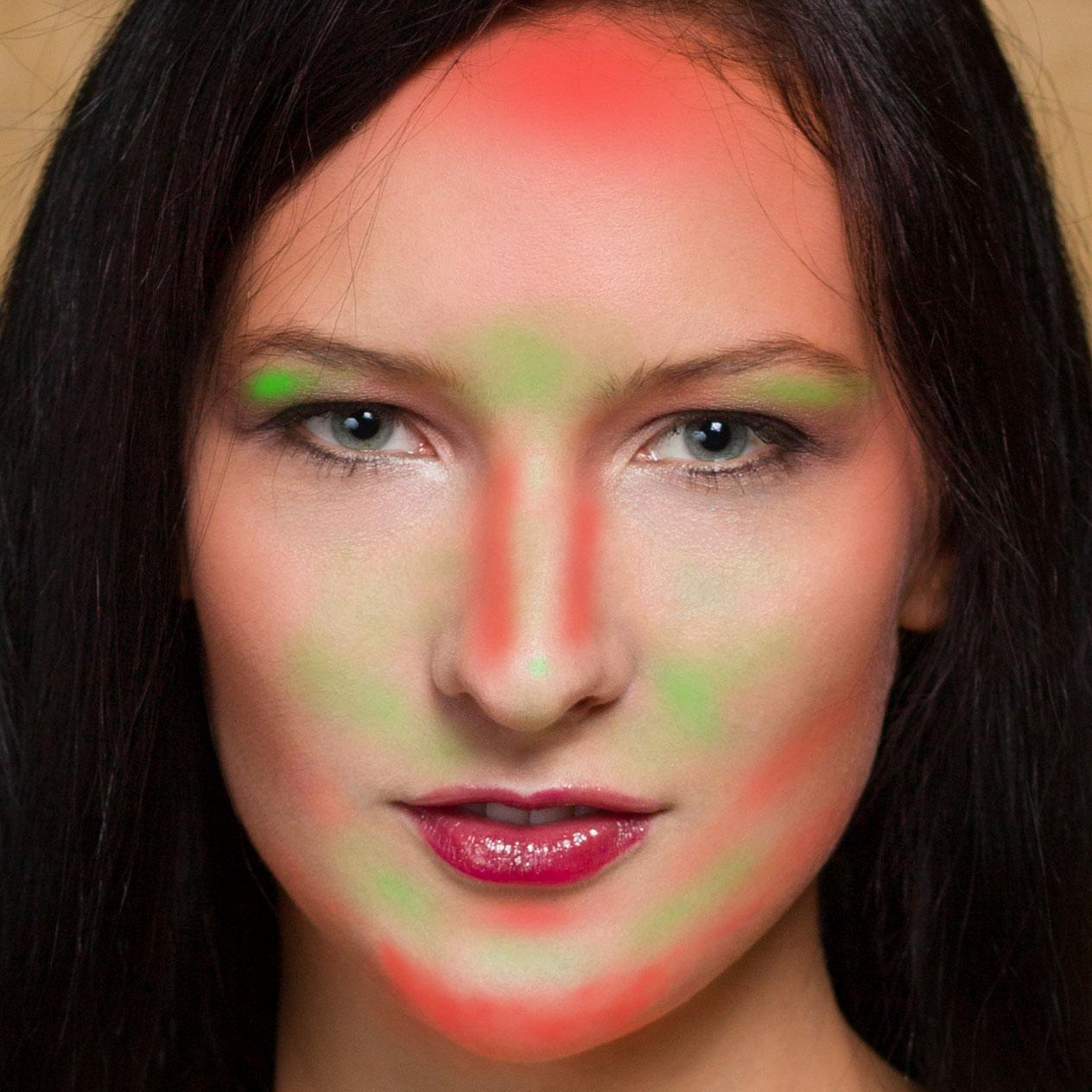 Místa, kde bylo provedeno modelování zesvětlením (zeleně) nebo ztmavením (červeně).
