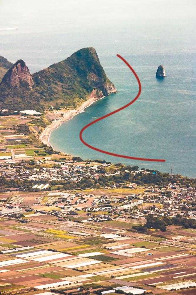 Křivka tvaru S vytvořená linií pobřeží a vzdáleným kopcem. Canon 40D, Canon EF-S 55-250/4-5.6, 1/500 s, f/8.0, ISO 200, ohnisko 154 mm