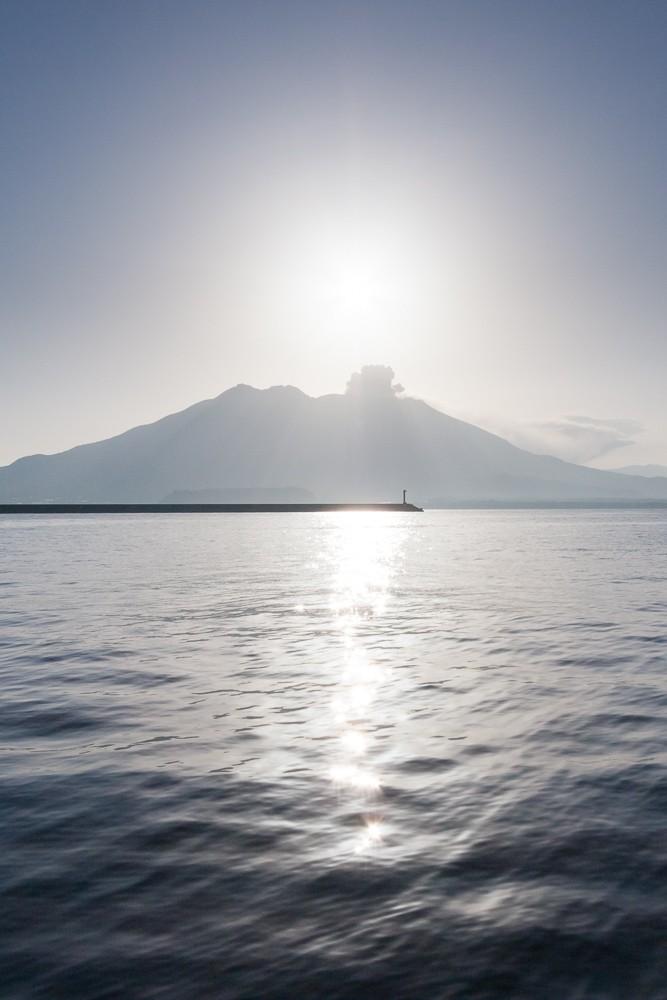 Kouřící sopka Sakurajima na horizontu. Canon 40D, Canon EF-S 10-22/3.5-4.5, 1/200 s, f/11, ISO 200, ohnisko 14 mm