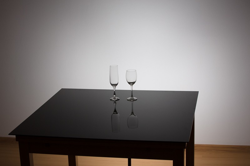 Nastavení scény. Pod stolem je schované jediné použité světlo, svítící na zeď.
