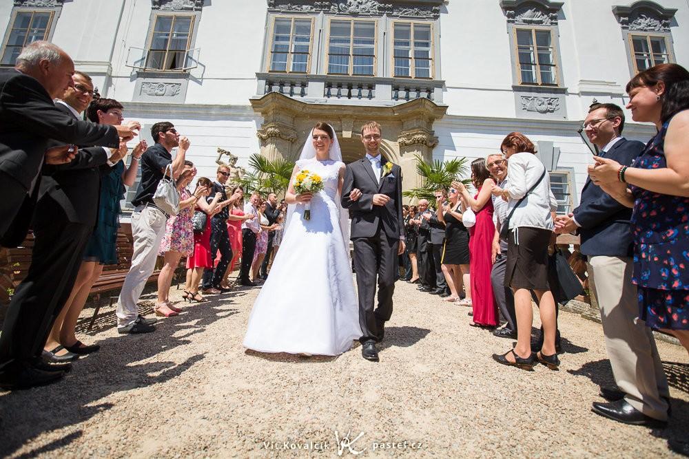 Průchod špalírem bez fotících svatebčanů je fotogenický. Canon 5D Mark II, Canon EF 16-35/2.8 II, 1/2000 s, f/3.5, ISO 100, ohnisko 16 mm