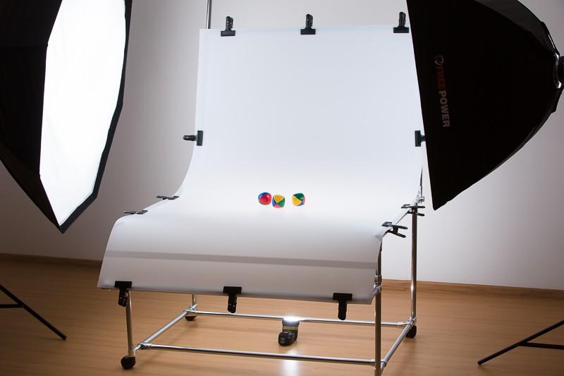 Scéna s fotografickým stolem se třemi světly.