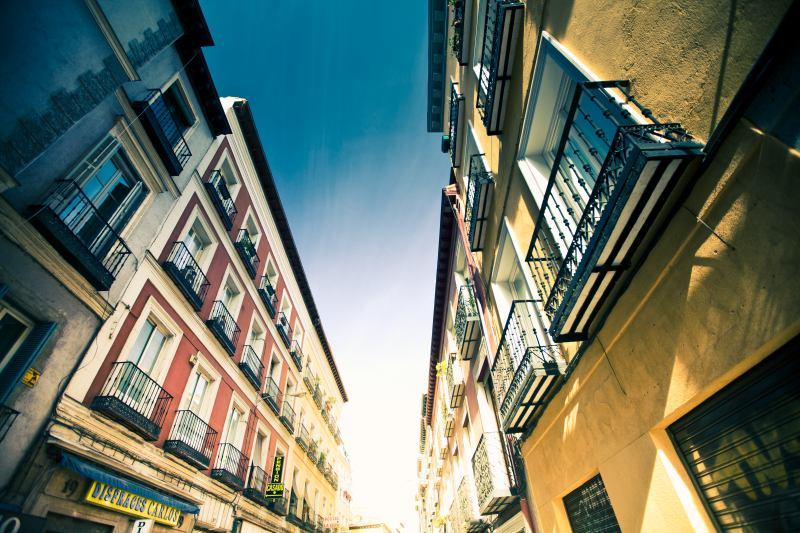Ulice ve Španělsku s extrémní perspektivou. Canon 5D Mark II, Canon EF 16-35/2,8 II, 1/125 s, F2,8, ISO 100, ohnisko 16 mm