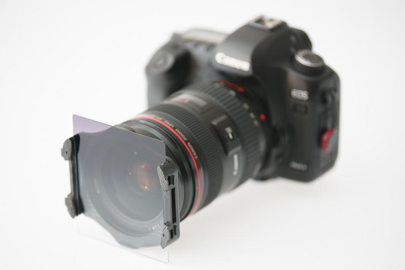 Filtr v držáku na fotoaparátu.