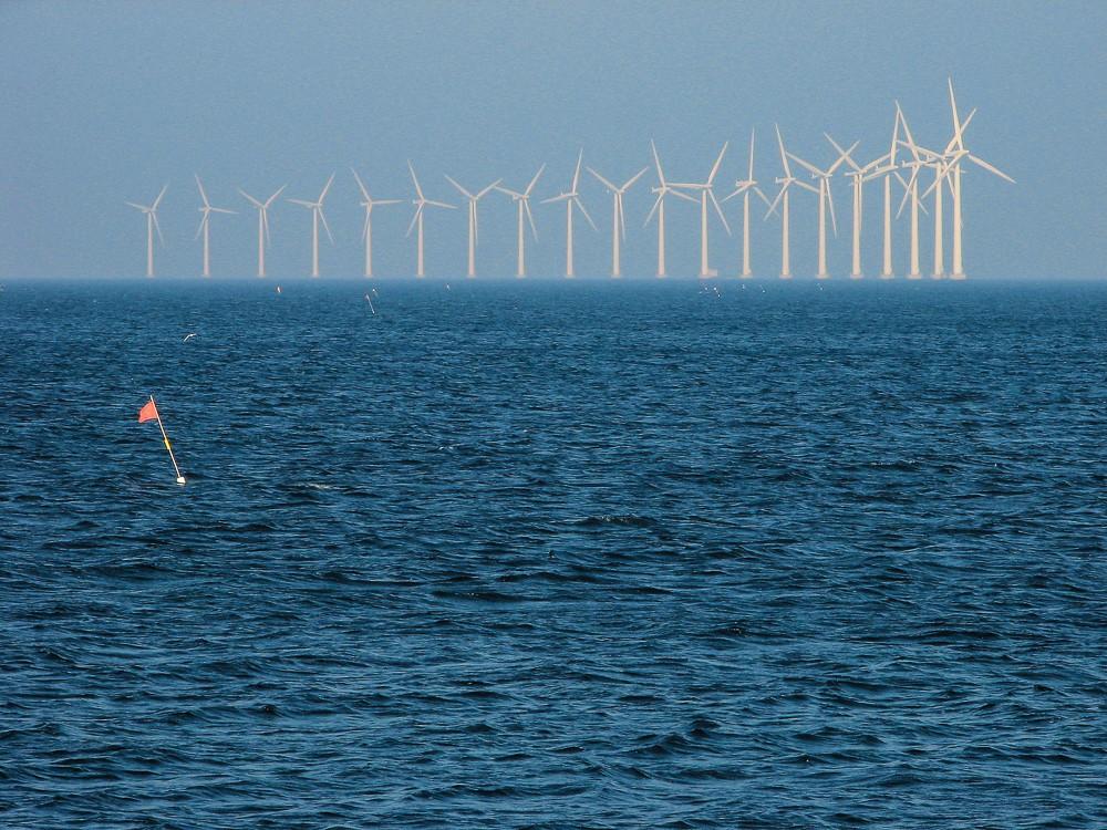 Dánské větrné elektrárny u pobřeží. Canon PowerShot S2 IS, 1/320 s, f/6.3, ohnisko 39.1 mm (odpovídá asi 235 mm na full frame)