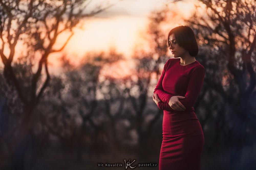 Modelka umístěná ke kraji fotografie, aby byl patrný i západ slunce v pozadí. Canon 5D Mark III, Canon EF 85/1.8, 1/200 s, f/1.8, ISO 800, ohnisko 85 mm
